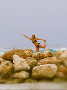 Shelley-pose-rocks